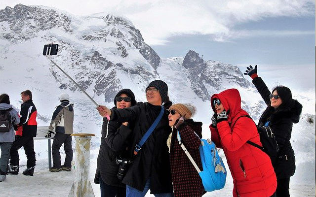A group taking their picture on a ski trip